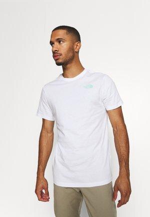 REDBOX TEE - Print T-shirt - white/surf green