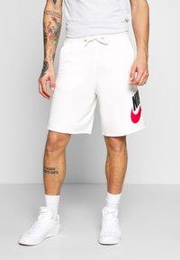 Nike Sportswear - M NSW HE FT ALUMNI - Shorts - sail - 0