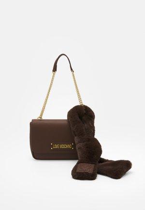 SCARF BAG SET - Handbag - marrone