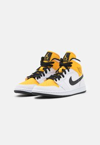 Jordan - WOMENS AIR JORDAN 1 MID - Sneakersy wysokie - white/black/university gold - 2