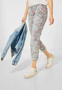 Street One - MIT BLUMEN - Trousers - grün - 0