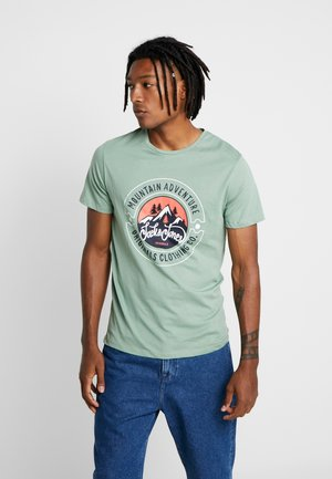 JORADVENTURE TEE CREW NECK - T-shirt z nadrukiem - green bay