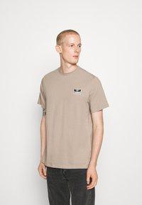 Hummel Hive - FERIE UNISEX - T-shirts med print - driftwood - 0