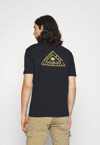 Newport Bay Sailing Club - PALM - Print T-shirt - navy - 2