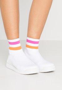 Versace Jeans Couture - LINEA FONDO PENNY - Korkeavartiset tennarit - bianco ottico - 0