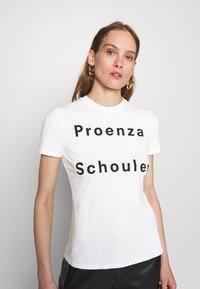 Proenza Schouler White Label - SOLID LOGO  - Print T-shirt - white - 3