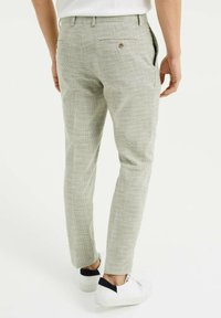 WE Fashion - SLIM FIT  - Trousers - green - 2