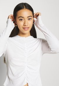 Monki - RUCHIE - Long sleeved top - solid white - 3