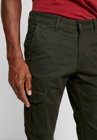 Napapijri - MOTO WINT - Cargo trousers - green forest - 3