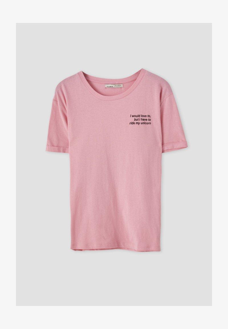 PULL&BEAR - KONTRASTIERENDEM SLOGAN - Print T-shirt - rose