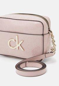 Calvin Klein - RE LOCK CAMERA BAG - Sac bandoulière - purple - 4