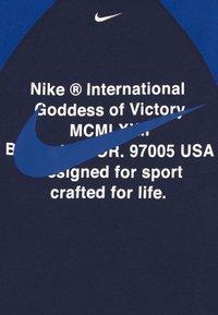 Nike Sportswear - CREW - Sudadera - midnight navy/game royal/white - 4