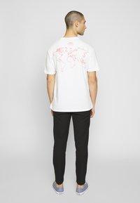Criminal Damage - VOLATILE - Print T-shirt - offwhite/red - 2