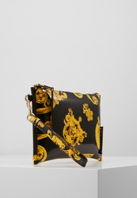 Versace Jeans Couture - MED POUCH PATENT BAROQ - Psaníčko - nero/oro - 3