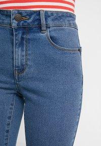 Vero Moda Petite - VMHOT SEVEN SLIT KNICKER - Denim shorts - medium blue denim - 3