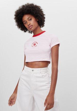 MIT FARBLICH ABGESETZTEM KRAGEN  - Print T-shirt - pink