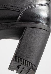 Marco Tozzi - Kotníková obuv na vysokém podpatku - black antic - 2