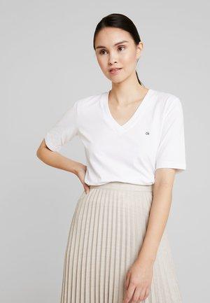 V NECK - Jednoduché triko - white