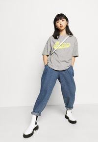 Missguided Petite - MICHIGAN DROP SHOULDER - Print T-shirt - grey marl - 4