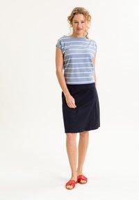 UVR Berlin - TIFFANYINA - Print T-shirt - hellblau mit pastellfarbenen streifen - 2