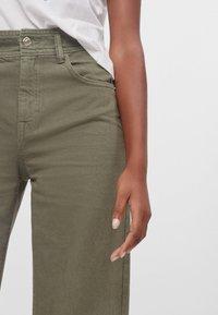 Bershka - MIT WEITEM BEIN - Flared Jeans - green - 3