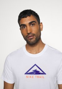 Nike Performance - DRY TEE TRAIL - T-shirt print - white/astronomy blue - 3