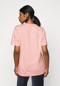 Fila Petite - PURE TEE - T-shirt con stampa - coral cloud - 2