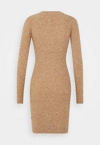 Object - OBJFAE THESS DRESS - Pletené šaty - chipmunk melange - 1