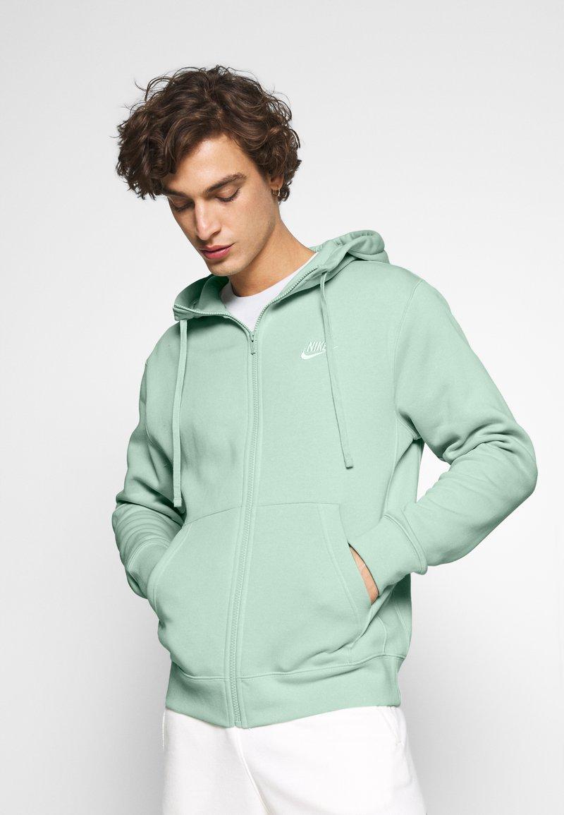 Nike Sportswear - CLUB HOODIE - Zip-up sweatshirt - pistachio frost/white