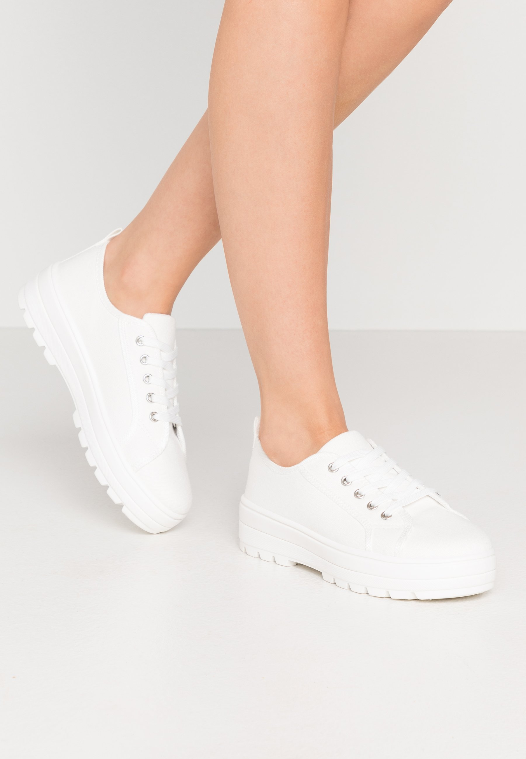 LOLA SKYE TWEEZE CLEATED SOLE TRAINER Sneakers white