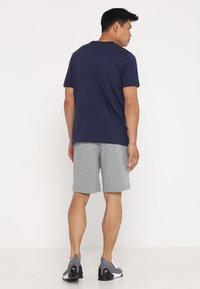 Puma - LOGO TEE - Print T-shirt - peacoat - 2