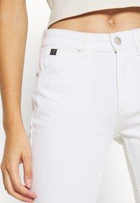 Calvin Klein - MID RISE SLIM ANKLE - Slim fit jeans - white - 3