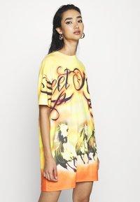 Jaded London - DRESS DESERT SUNSET HORSE PRINT - Jersey dress - yellow - 0