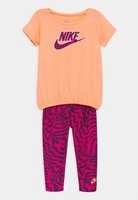 Nike Sportswear - SET - Print T-shirt - fireberry - 0