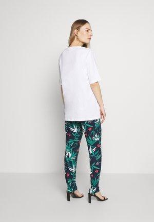 MLPAYTON PANTS - Pantalones deportivos - navy blazer/spiced coral
