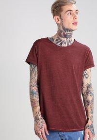 Tigha - MILO - T-shirt - bas - vintage rust red - 0