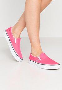 Vans - CLASSIC UNISEX - Slip-ons - knockout pink/true white - 0