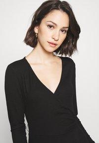 Good American - SOLID WRAP DRESS - Robe d'été - black - 2