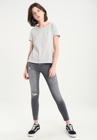 Tommy Jeans - ORIGINAL SOFT TEE - T-shirts - light grey - 1