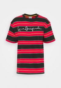 Karl Kani - ORIGINALS STRIPE TEE  UNISEX - T-shirt z nadrukiem - red/black/green - 4