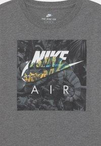 Nike Sportswear - CHAMELEON - Camiseta estampada - carbon heather - 2