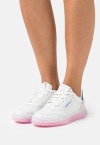 Reebok Classic - CLUB C LEGACY - Sneakersy niskie - true grey/electro pink/court blue - 0
