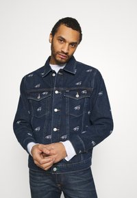 Tommy Jeans - OVERSIZE TRUCKER JACKET UNISEX - Giacca di jeans - dark blue - 0