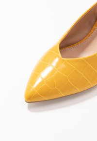 Dorothy Perkins - EMILY BLOCK HEEL SLINGBACK COURT - Tacones - yellow - 2