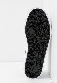 Nike SB - CHARGE - Sneakersy niskie - black/white - 6