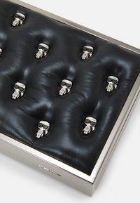 KARL LAGERFELD - IKONIK 3D PIN MINAUDIERE - Taška spříčným popruhem - black - 6