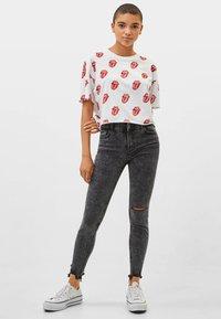 Bershka - LOW WAIST - Jeans Skinny Fit - grey - 1