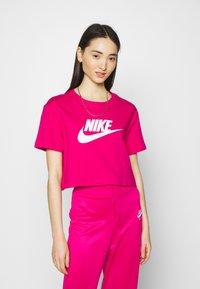 Nike Sportswear - TEE - Camiseta estampada - fireberry/white - 0
