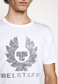 Belstaff - COTELAND  - Print T-shirt - white - 5