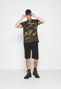 Alpha Industries - T-shirt z nadrukiem - mottley green - 1